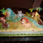 jungle thema taart met rolfondant en suikerpasta giraf beer leeuw aap rivier