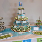 desserttafel babyborrel geboorte doopfeest minigebakjes taart soezen blauw groen versiering