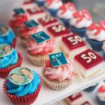 desserttafel blauw rood petit fours minicupcakes